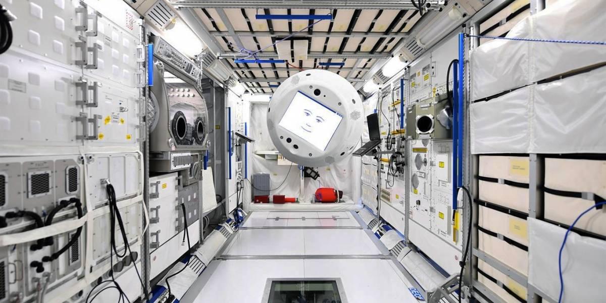 """Robot """"flotante, con inteligencia artificial y cara"""" está realizando pruebas en el espacio"""