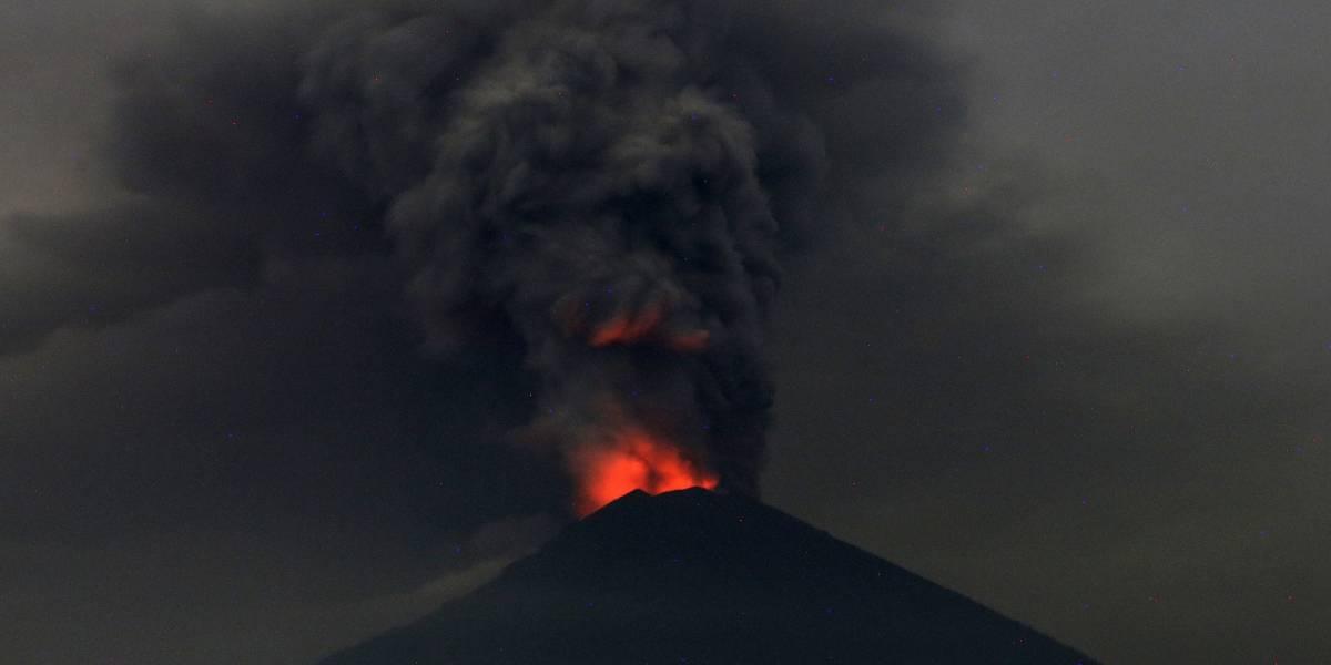 Nueva erupción volcánica amenaza a Bali: Volcán del anillo de fuego del Pacífico generó la interrupción de más de 300 vuelos