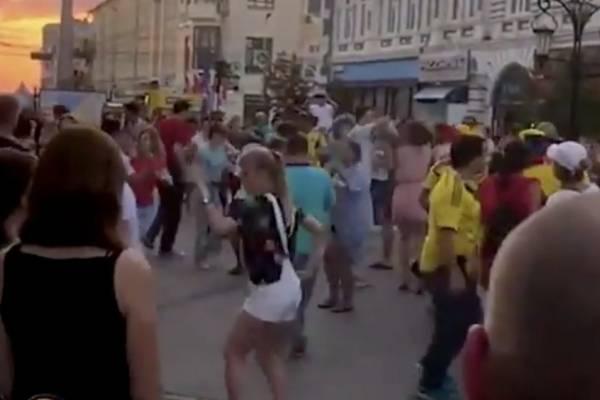 Colombianos bailan salsa en Rusia