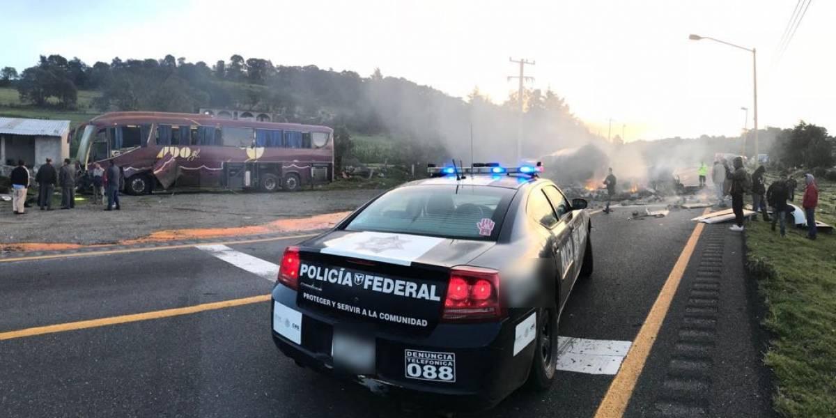 Autobús de pasajeros se estrella con pipa  en la carretera Córdoba-Puebla