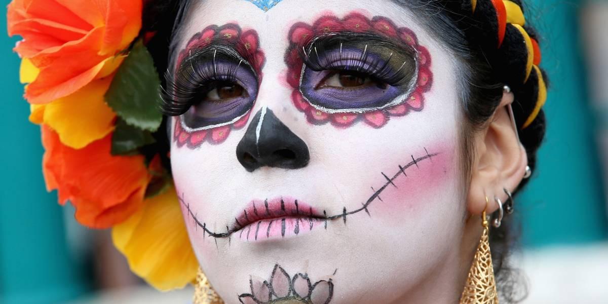 Esqueletos y calaveras desfilan por Moscú en el Día de los Muertos