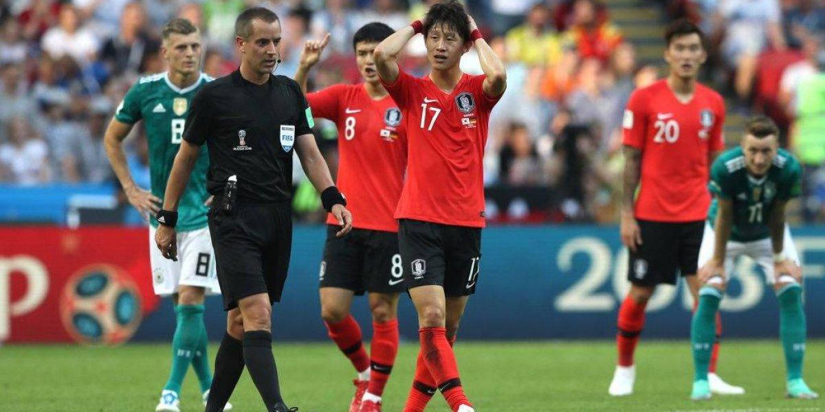 #Video Aficionados atacan con huevos a Selección de Corea del Sur