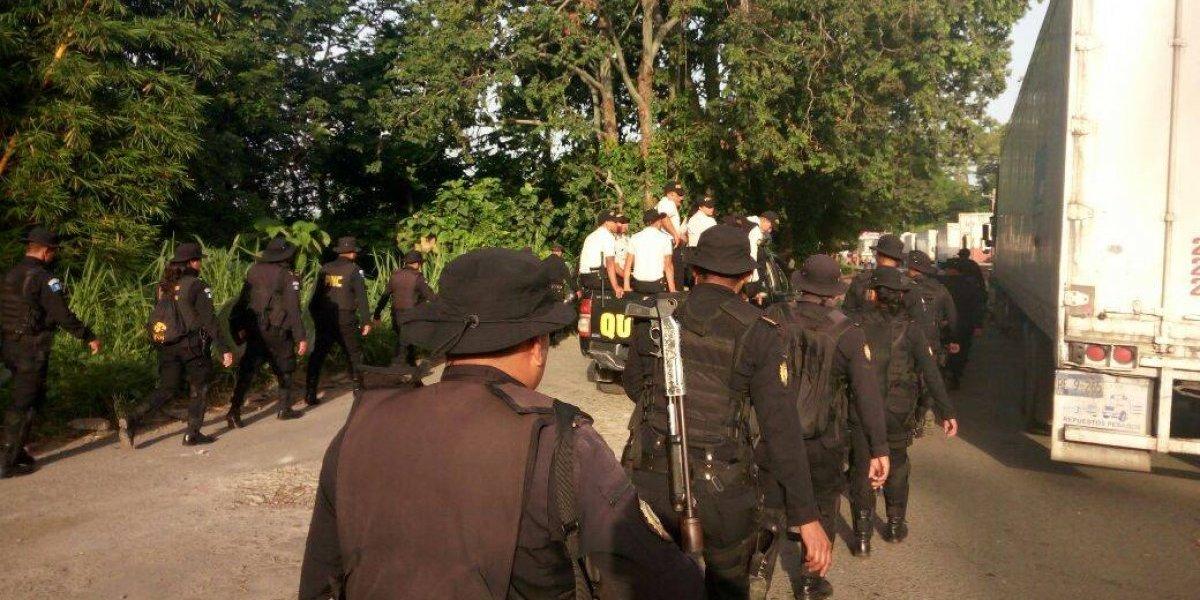 PNC se presenta a Coatepeque para buscar retiro del bloqueo instalado por pobladores