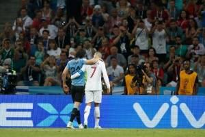 Cristiano ayuda a Cavani a que abandone el terreno de juego