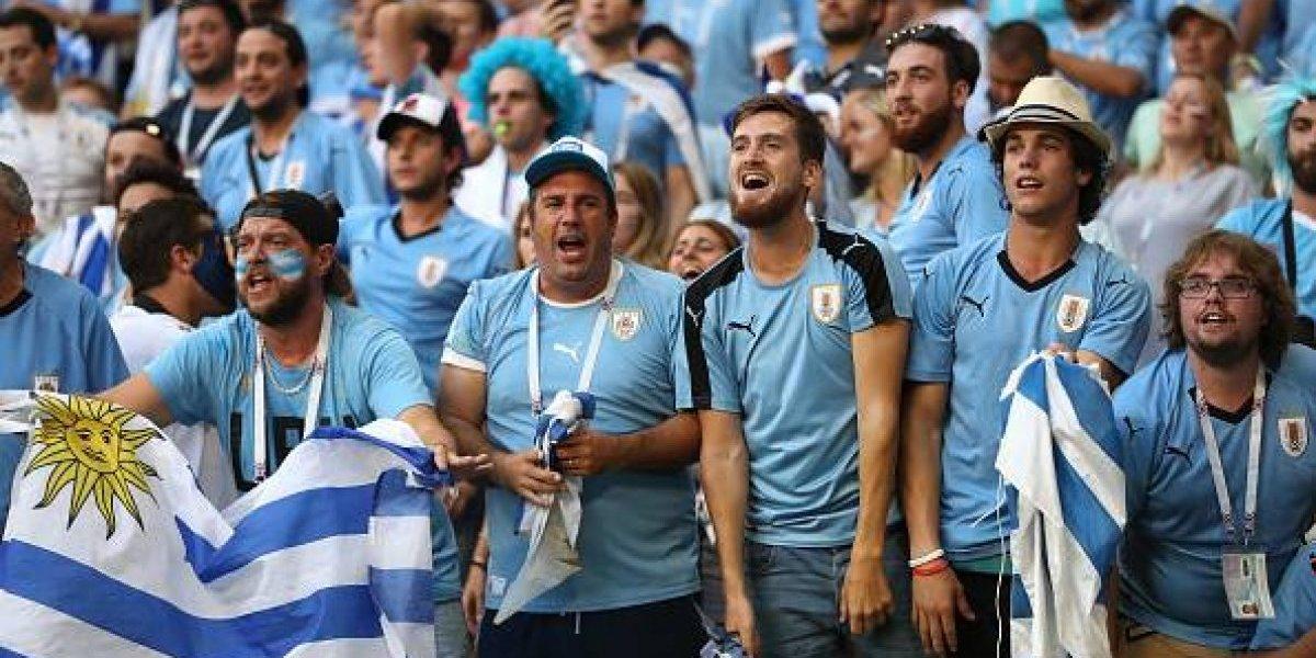 Hinchas uruguayos celebran la eliminación de Portugal