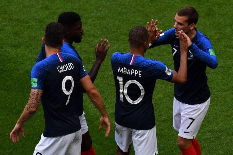 Los jugadores franceses celebran con Griezmann su anotación