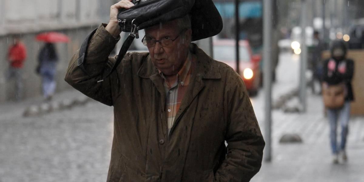 ¡A entrar la ropa!: Sepa qué día y a qué hora llegarán las lluvias a Santiago