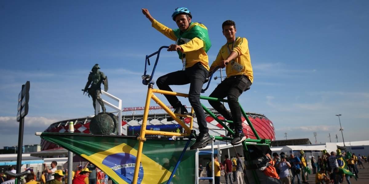 Aficionados brasileños apoyan a su equipo en una gran bicicleta