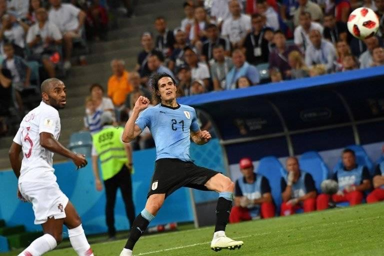 Momento en que Cavani define y marca el segundo tanto para los uruguayos