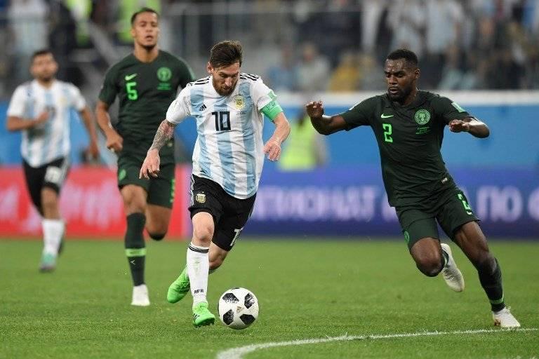 Messi trata de dejar la marca de un nigeriano
