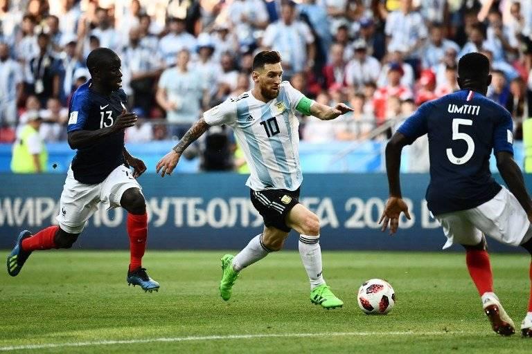 Messi conduce el balón en el partido ante Francia