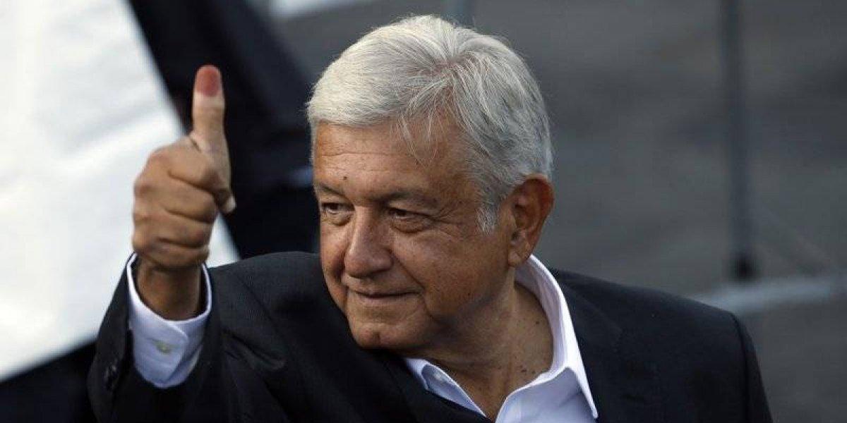 """Presidente de México llama a mantener la economía pese a coronavirus: """"Si pueden, sigan llevando a la familia a restaurantes, a las fondas"""""""