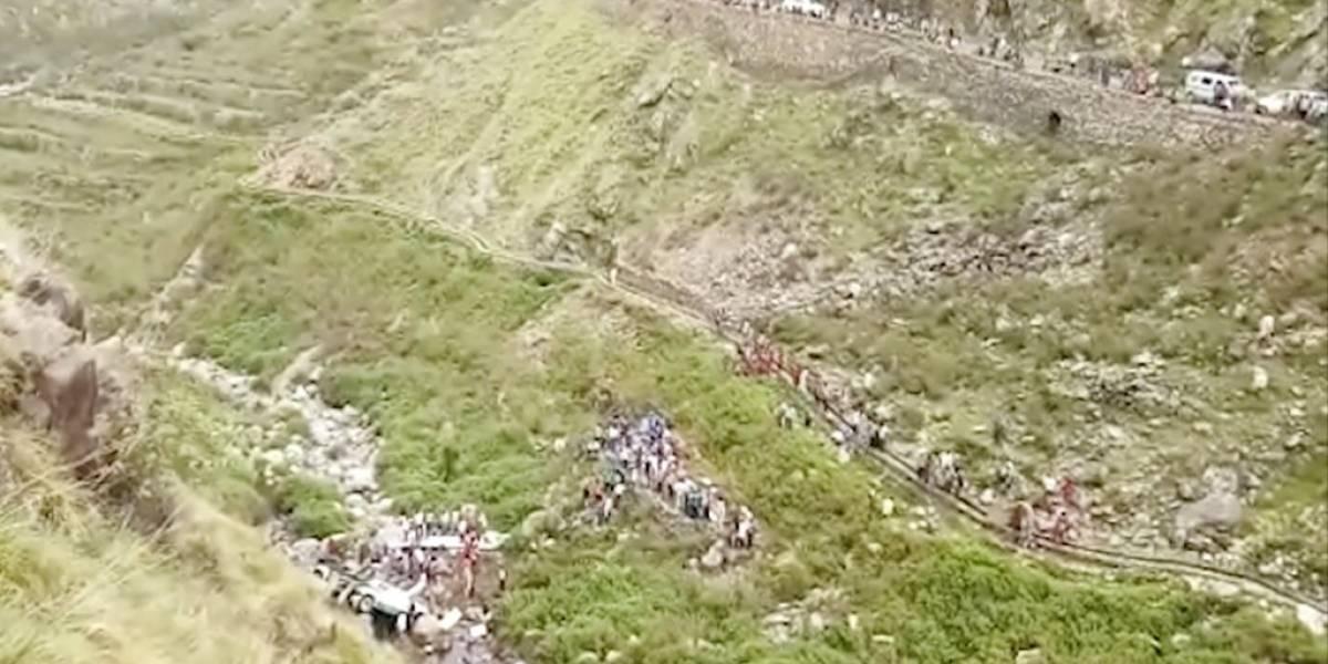 Horrible tragedia en la India: bus repleto de pasajeros cae desde más de 200 metros de altura y deja al menos 48 muertos