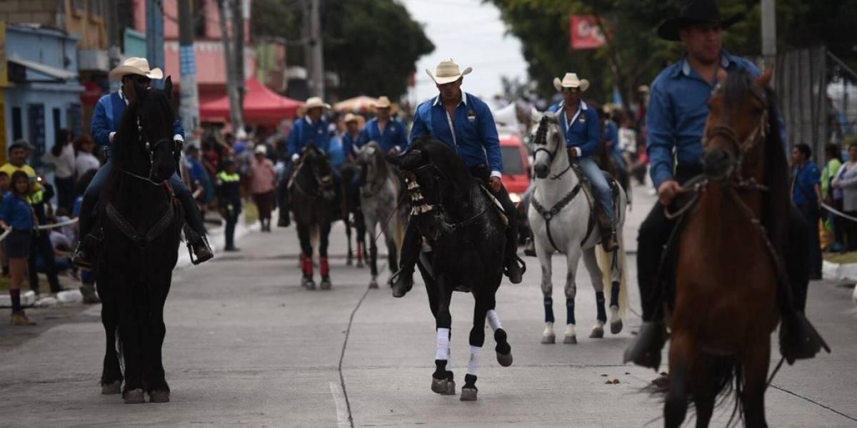 """Vecinos de Mixco se distraen en el """"primer festival"""" vaquero"""