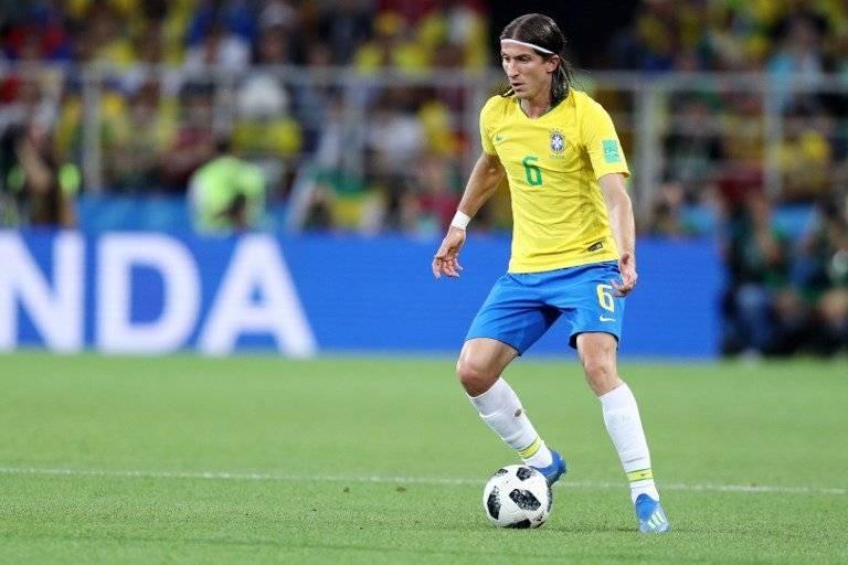 Filipe Luis con la posesión del balón