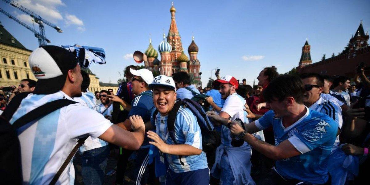 Hinchas de Argentina confiaban en ser primeros y terminaron cantando en el Croacia-Dinamarca