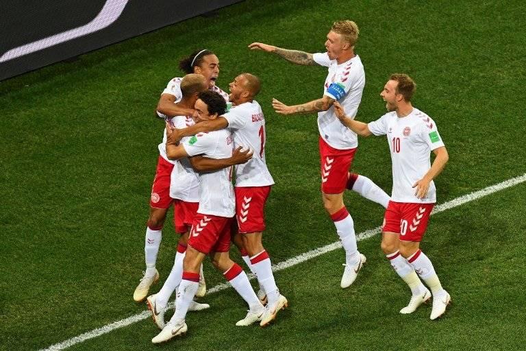 Los jugadores daneses se abrazan tras el gol de Jorgensen