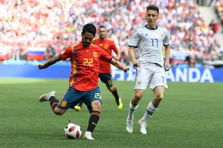Isco hace un centro durante el partido ante Rusia
