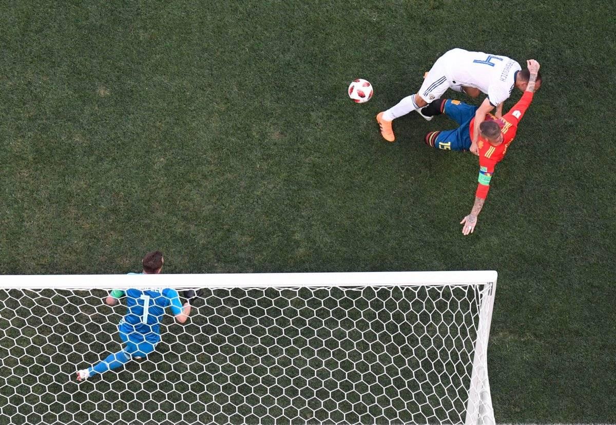 La pelota topa en la pierna de Ignashévich y desvía la trayectora
