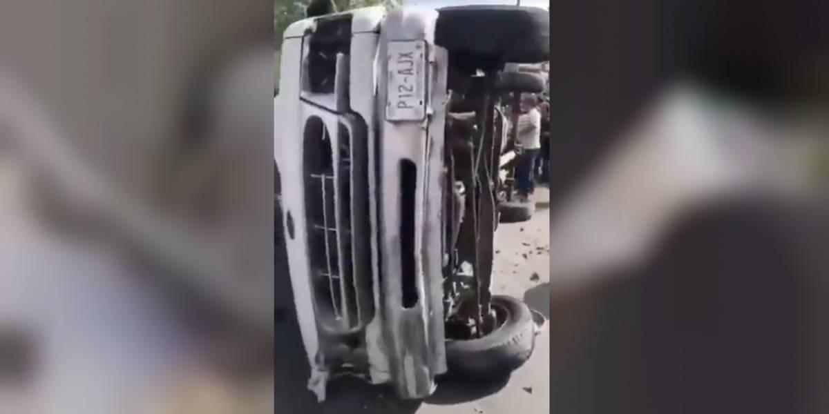 VIDEO: Vuelca camioneta del gobierno con boletas electorales
