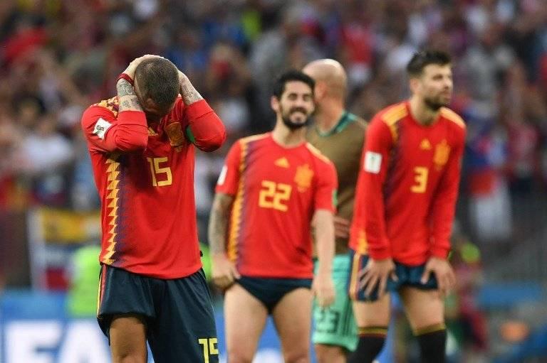 El capitán de España, Sergio Ramos, se lamenta luego de la eliminación de España