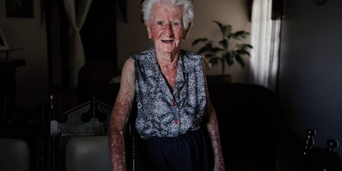 Fotógrafa registra a rotina da avó que perdeu a memória aos 95 anos