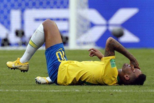 Teatro de Neymar vs México por supuesto pisotón de Layún