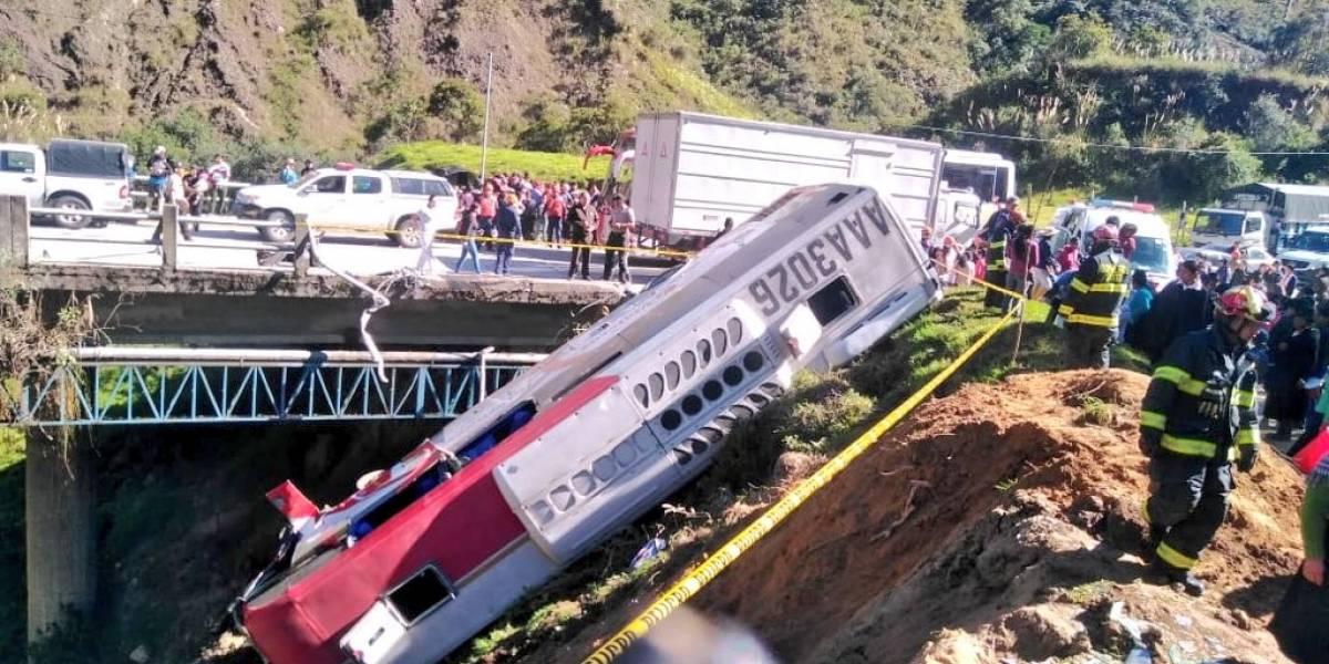 Bus cayó a un precipicio en Loja y dejó más de 17 heridos
