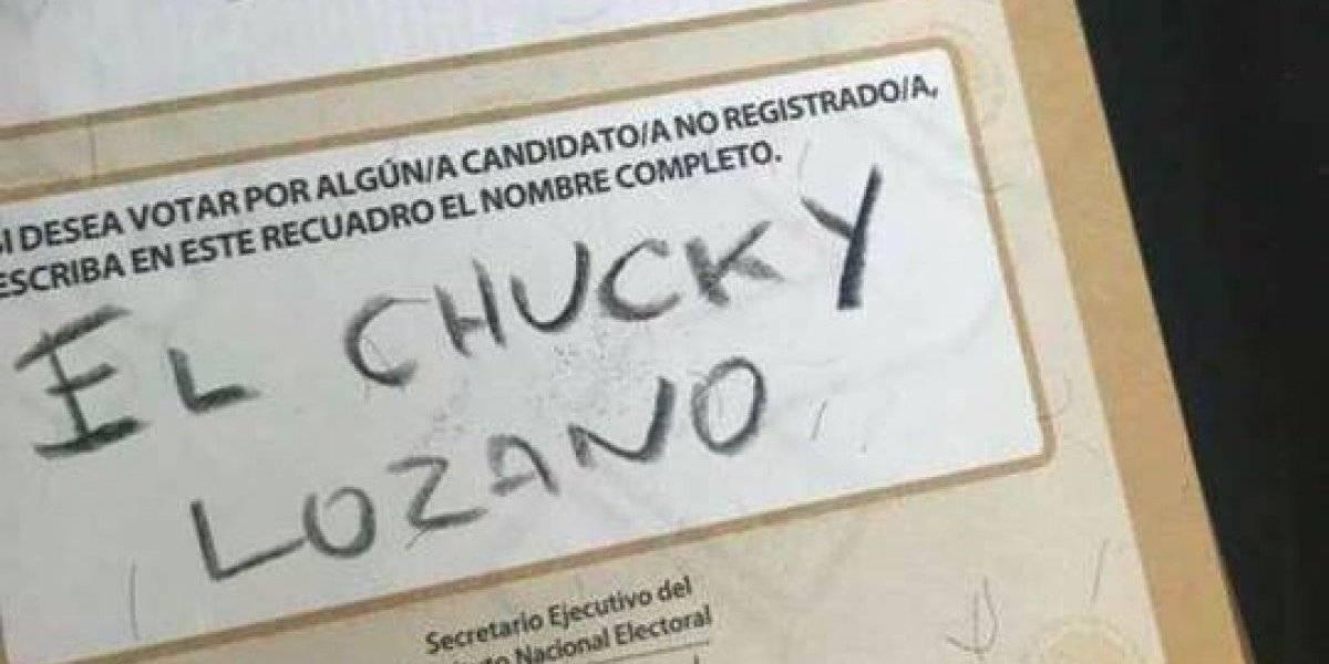Aficionados mexicanos escriben nombres de jugadores en las boletas