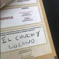 Un asistente a las urnas colocó el nombre de Hirving Lozano