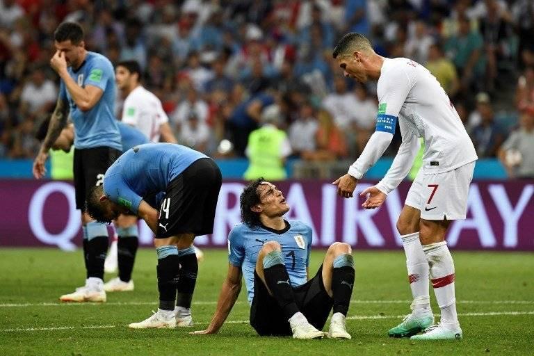 Cavani sobre el suelo en el partido ante Portugal