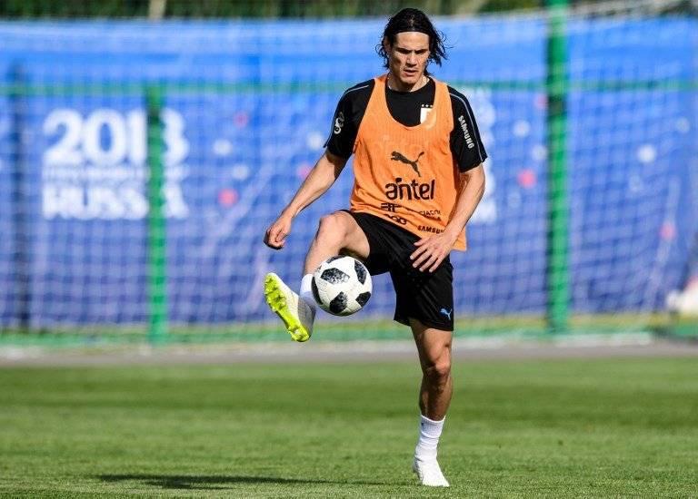 Cavani domina un balón en un entreno de Uruguay