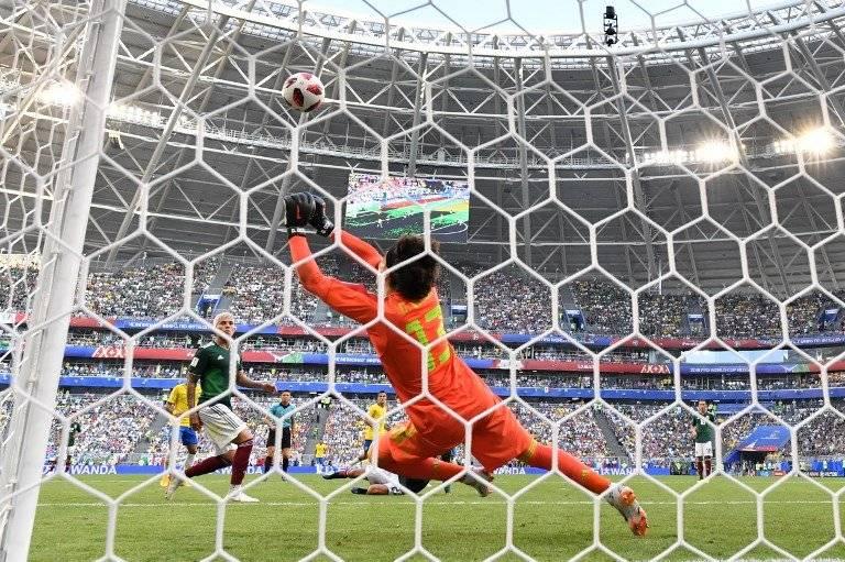 Ochoa ataja el disparo de un jugador brasileño