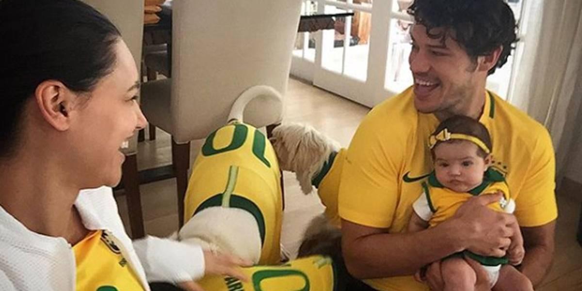 Em clima de vitória da Seleção, Debora Nascimento e José Loreto mostram rosto da filha