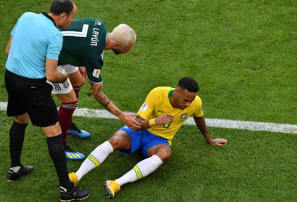 Neymar perdió tiempo tras ser golpeado por Miguel Layún