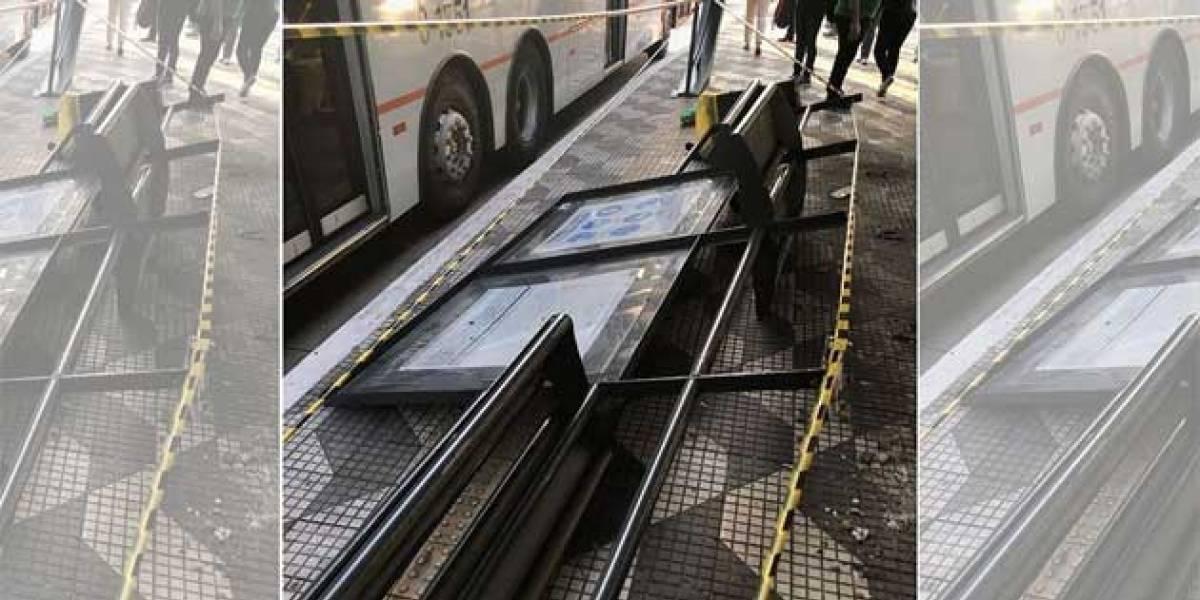 Passageira é atingida por painel de publicidade em ponto de ônibus em SP