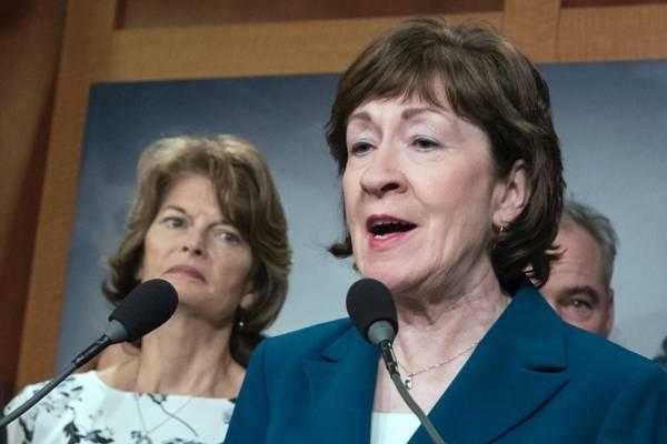 Las senadoras Susan Collins, republicana por Maine, y Lisa Murkowski, republicana por Alaska (izquierda), durante una conferencia de prensa en el Capitolio, Washington. Tomada el 15 de febrero de 2018, (AP Foto)