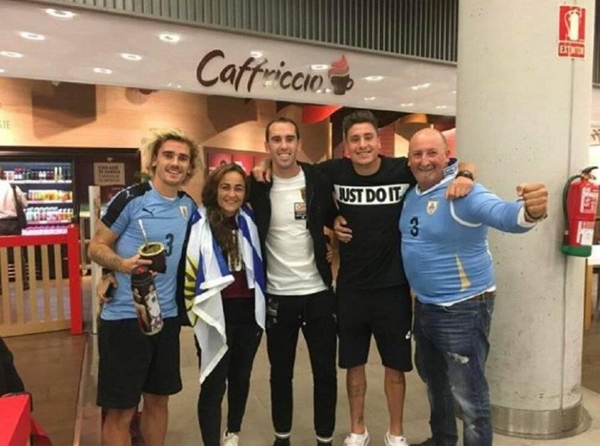 Griezmann con la camiseta de la Celeste junto a sus compañeros en el Atlético Diego Godín y José María Giménez / Foto: Twitter