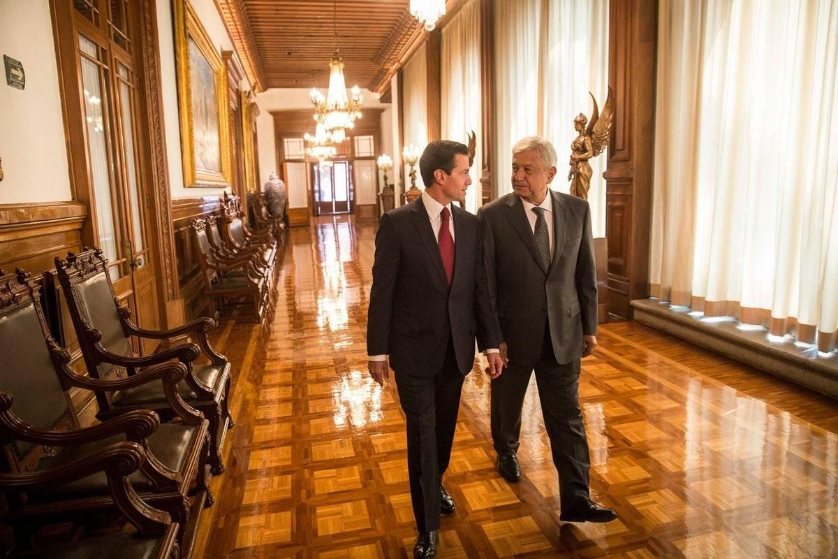 Recibimiento de AMLO al llegar a Palacio Nacional para reunirse con Peña Nieto