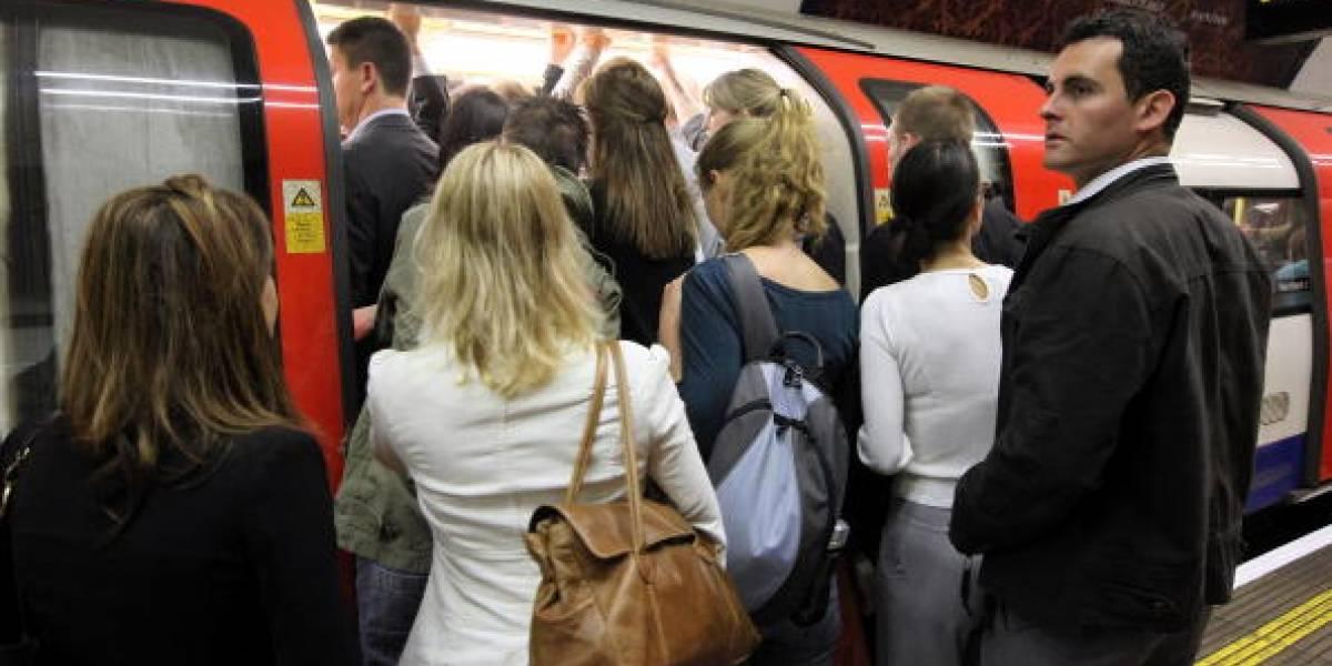 """""""Por favor, use desodorante"""" y """"puede oler a langostinos podridos"""": las inusuales """"advertencias"""" en el Metro de Londres por ola de calor en la ciudad"""