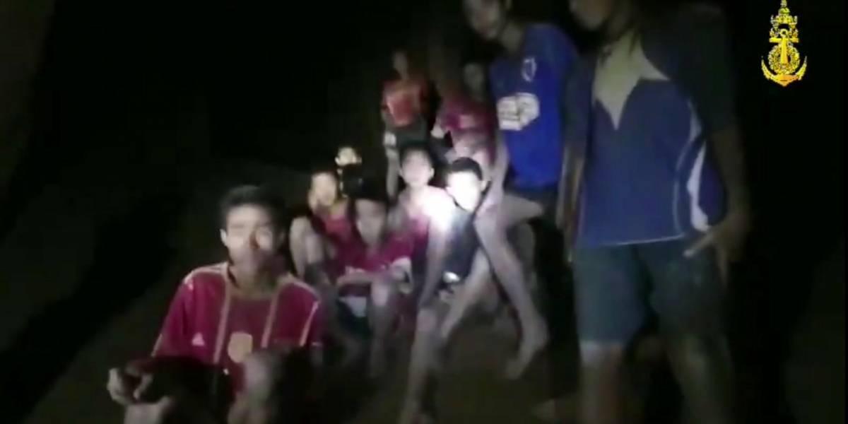"""""""No tengan vergüenza de sentirse asustados"""": miembro de los 33 mineros envía potente mensaje a niños atrapados en Tailandia"""