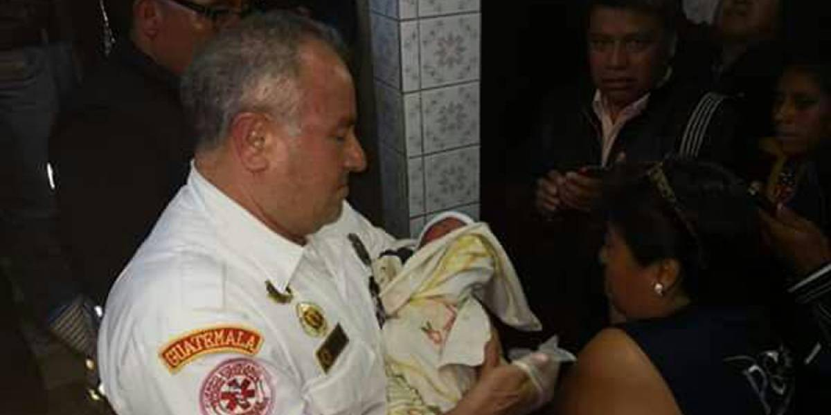 Bebé es abandonada en baños públicos de Sololá