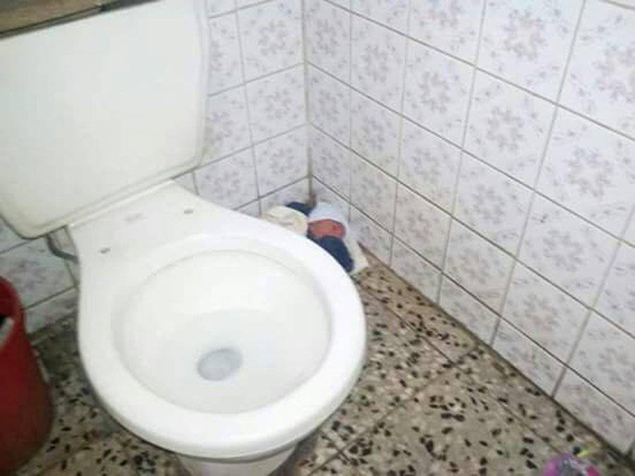 Bebé abandonada en baño