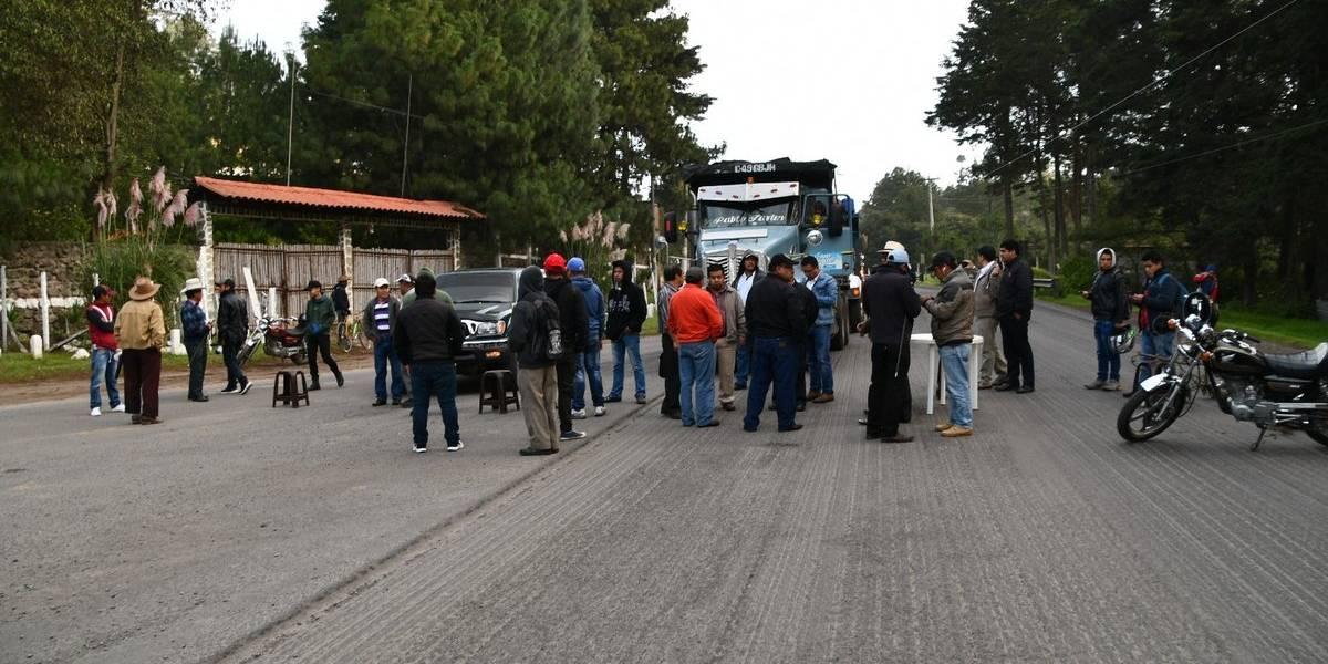 Pobladores y transportistas exigen reparación de carretera en Quetzaltenango