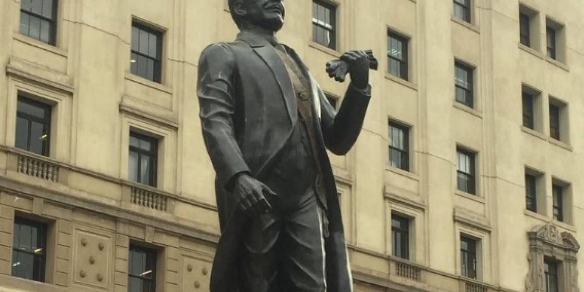 El particular detalle de la estatua de Pedro Aguirre Cerda que inauguró el Presidente Piñera que desató las burlas de las redes sociales
