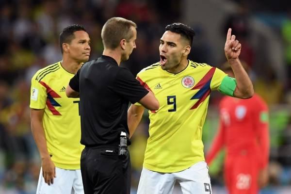 Hinchas colombianos están indignados con el árbitro del partido