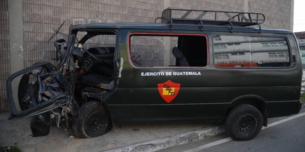 Vehículo del Ejército y carro particular colisionan en la zona 12