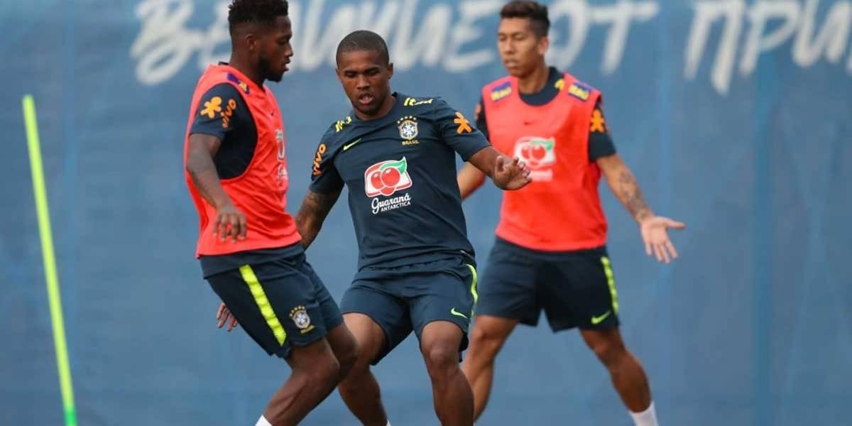 Copa do Mundo: Douglas Costa treina com jogadores em Sochi
