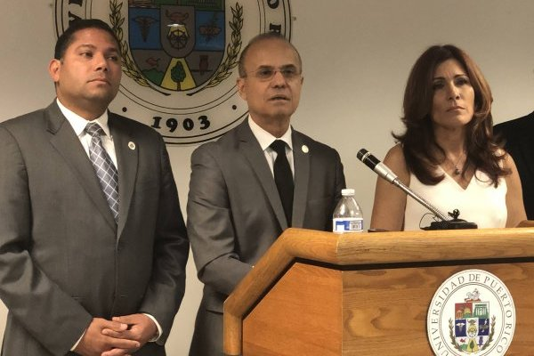 El doctor Jorge Haddock, nuevo presidente de la UPR (centro); el presidente de la Junta de Gobierno de la UPR, licenciado Walter Alomar (izquierda; y la vicepresidenta de la Junta, licenciada Zoraida Buxó (derecha). / Foto: Metro PR