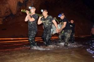 niños atrapados en la cueva